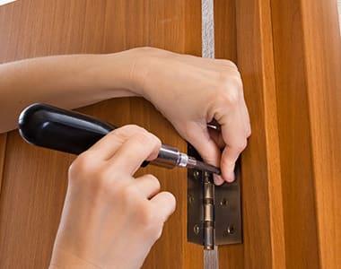 Аккуратная замена петель на дверях своими руками